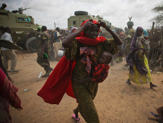 Civilians rush to a feeding center during drought in Somalia. Photo: Africa Renewal